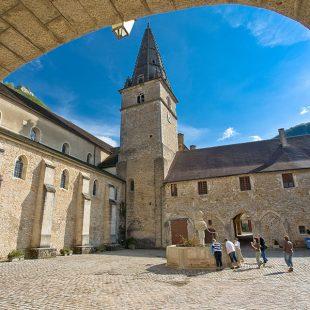 Cour de l'abbaye de Baume les Messieurs