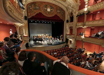 Intérieur du théâtre de Lons le Saunier avec du public